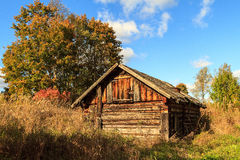 Gammalt hus i övergiven by Arkivfoto