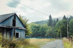 Gammalt hus i berg royaltyfri foto