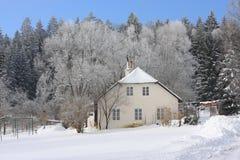 Gammalt hus i berg Royaltyfri Bild
