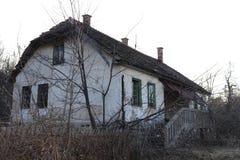 Gammalt hus i berget i sydöstliga Europa royaltyfria foton