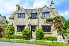 Gammalt hus i Burford, England arkivfoto