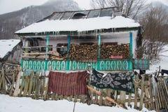 Gammalt hus i Carpathiansna Arkivbilder