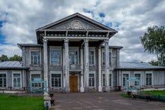 Gammalt hus i en bygd royaltyfria foton