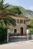 Gammalt hus i en liten by i Montenegro Arkivbild