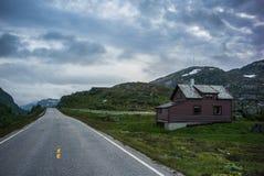 Gammalt hus i Norge och dramatisk himmel arkivfoto