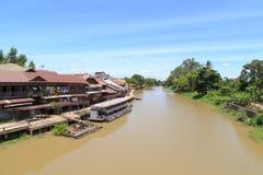 Gammalt hus i Sam Chuk 100 år marknad Arkivfoton
