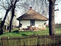 Gammalt hus i serbisk by Arkivbilder