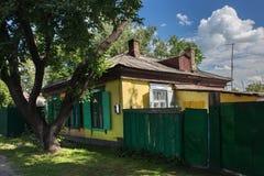 Gammalt hus i siberian stil för ryss i mitten av Petropavl, Kasakhstan arkivbilder