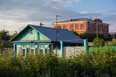 Gammalt hus i siberian stil för ryss i mitten av Petropavl, Kasakhstan fotografering för bildbyråer