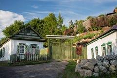 Gammalt hus i siberian stil för ryss i Petropavlen, Kasakhstan fotografering för bildbyråer