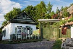 Gammalt hus i siberian stil för ryss i Petropavlen, Kasakhstan arkivfoto