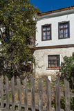 Gammalt hus i stad av Shiroka Laka, Bulgarien arkivbild