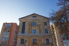Gammalt hus i staden Arkivbild