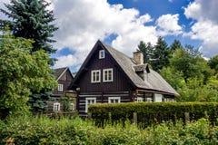 Gammalt hus i tjeckisk by arkivfoton