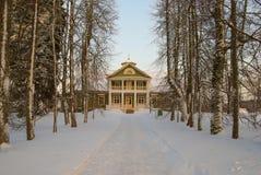 Gammalt hus i vinterträna Arkivbild
