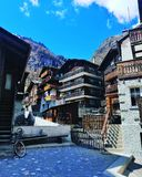 Gammalt hus i Zermatt, Schweiz royaltyfri fotografi