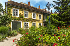 Gammalt hus med blommor i den Baden beien Wien _ Arkivbilder