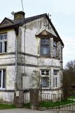 Gammalt hus med den skadade murbrukfasaden royaltyfri fotografi