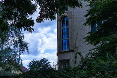 Gammalt hus med dramatisk himmel Arkivfoton