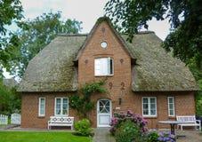 Gammalt hus med en halmtäcka på den tyska ön av Foehr Föhr Royaltyfria Bilder