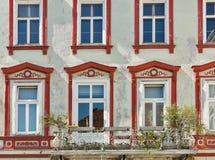 Gammalt hus med härliga fönster i i stadens centrum Graz, Österrike Arkivfoto