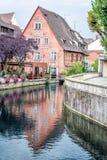 Gammalt hus med reflexion i vattnet Arkivbilder