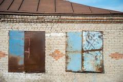 Gammalt hus med stigit ombord upp fönster Royaltyfria Bilder