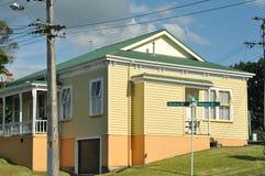 Gammalt hus med träcladding Arkivbilder
