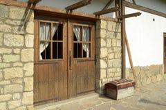 Gammalt hus med wood dörrar Arkivfoto