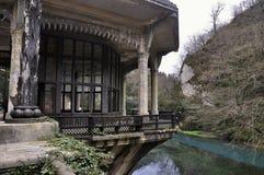 Gammalt hus nära järnvägsstation i Psyrdzkha, nya Athos, Abchazien Royaltyfria Foton