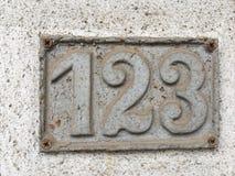 Gammalt hus nummer 123 Arkivbild