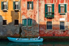 Gammalt hus och fartyg på kanalen i Venedig, Italien Arkivbild