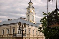 Gammalt hus- och klockatorn i Vitebsk Arkivfoto