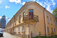 Gammalt hus- och klockatorn i Vyborg, Ryssland Arkivfoto