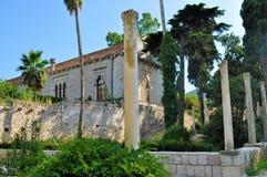 Gammalt hus och trädgården royaltyfri fotografi