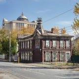 Gammalt hus på bakgrunden av det nytt Arkivfoto