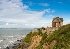 Gammalt hus på klippor utanför västligt Ho! i Devon Fotografering för Bildbyråer