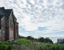 Gammalt hus på klippor utanför västligt Ho! i Devon Royaltyfria Bilder