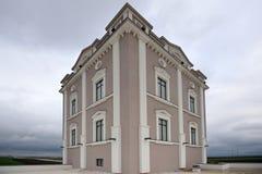Gammalt hus på molnig dag Royaltyfria Foton