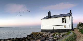 Gammalt hus på stranden Royaltyfri Fotografi