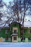 Gammalt hus som byggs i 1943 för arbetare arkivfoton