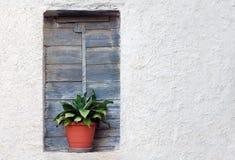 Gammalt husfönster arkivfoto