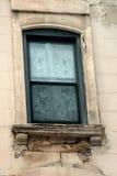 Gammalt hyreshusfönster, förfall Arkivfoton