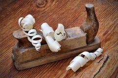Gammalt hyvla med wood shavings Arkivbilder