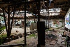 Gammalt industriellt ställe i förfall Arkivbild