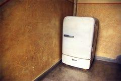 Gammalt inhemskt kylskåp arkivbilder