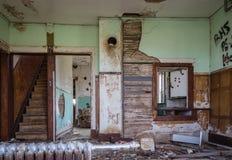 Gammalt inre rum av det kasserade huset i stort förfall och Arkivbild