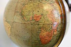 Gammalt jordiskt jordklot med en sikt av Afrika Arkivbild