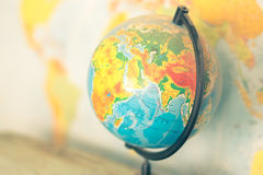 Gammalt jordklot på världskartabakgrund Arkivbild