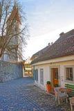 Gammalt kafé nära stadskyrka i gammal stad av Thun Arkivbild
